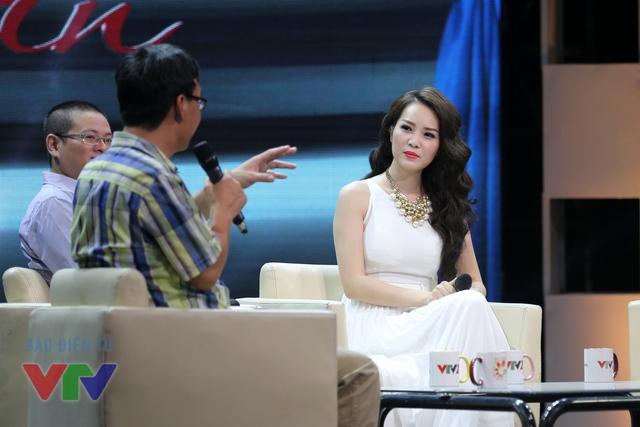 Cô chăm chú lắng nghe quan điểm của các vị khách mời về vấn đề này.