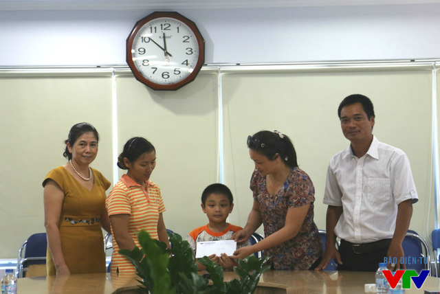Gia đình em Nguyễn Quốc Tú được ủng hộ số tiền 10 triệu đồng.
