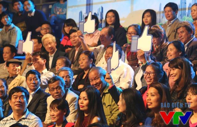 Một số người dân phường Vạn An có mặt trong đêm Chung kết lựa chọn một trong hai giải pháp của thí sinh đưa ra.
