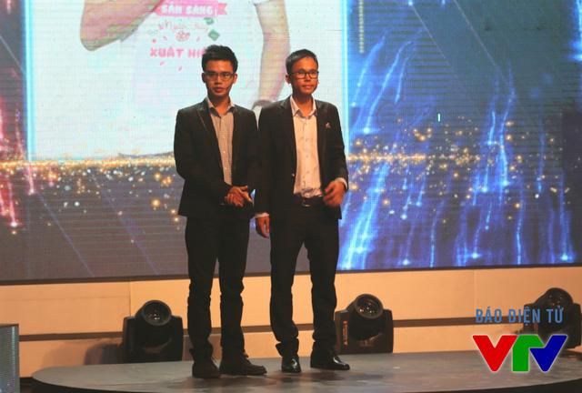 Huỳnh Quang Triết (trái) và Trần Hào Quang trong đêm Chung kết Siêu thủ lĩnh 2015.