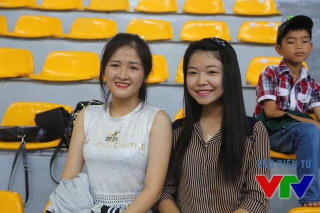 Những bạn nữ cũng thể hiện sự yêu thích của mình đối bóng chuyền khi VTV Cup được tổ chức tại Bạc Liêu