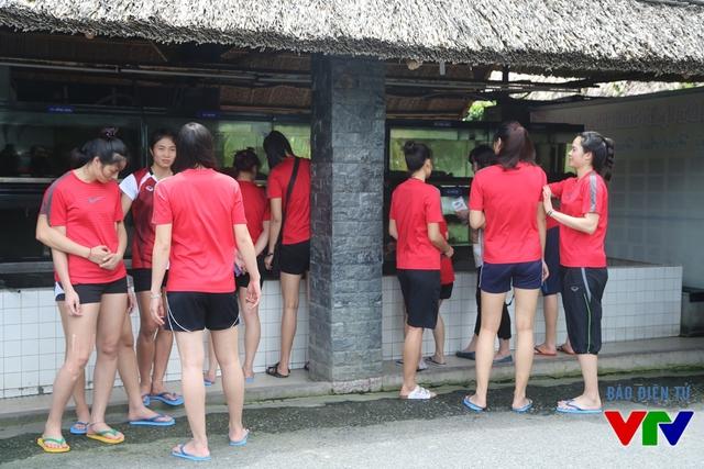Các nữ tuyển thủ bóng chuyền khá hòa đồng và thân thiết.