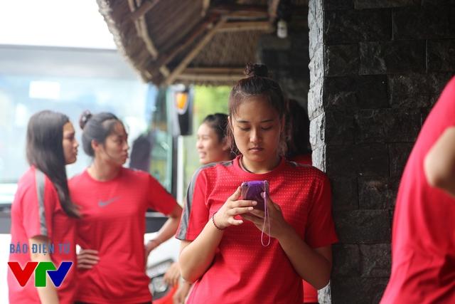 Phút trầm ngâm của Linh Chi khi sử dụng điện thoại vào mạng xã hội.