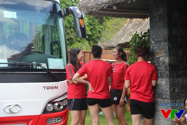 Các nữ VĐV bóng chuyền Việt Nam chờ xe đón về khách sạn sau khi dùng bữa tại khu du lịch gần nhà thi đấu