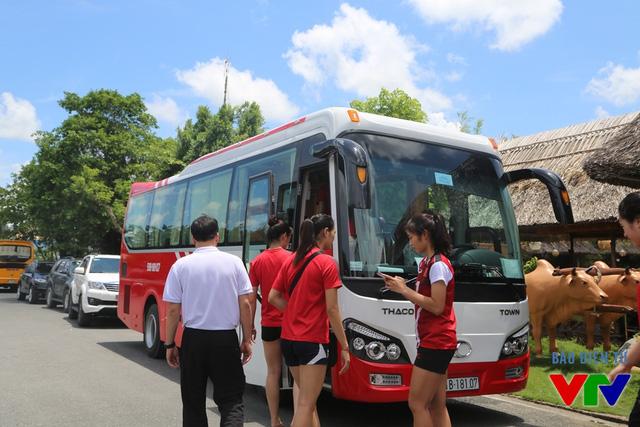 HLV Thái Thanh Tùng (áo trắng) xuất hiện và yêu cầu toàn đội về lại khách sạn trước khi toàn đội có buổi tập vào buổi chiều.
