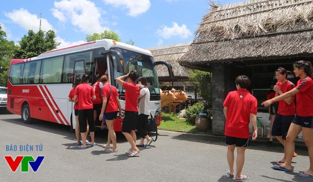 Nhiều người hâm mộ trong đó có cả các tình nguyện viên, nhân viên khách sạn muốn chụp ảnh lưu niệm với các cô gái bóng chuyền thân thiện.