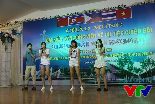 Các cô gái đại học Nam Kinh tự tin khoe giọng hát.