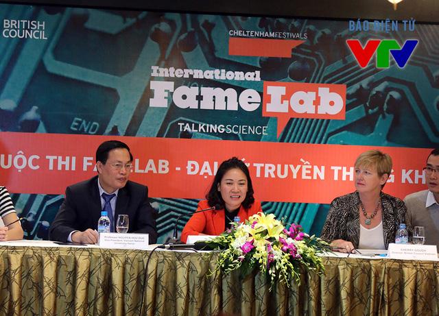 Nhà báo Tạ Bích Loan (giữa) khẳng định,FameLab là ý tưởng rất tuyệt vời để kết nối truyền thông và khoa học