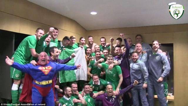 Dễ dàng nhận ra đầu bếp Redmond ăn mừng cùng các tuyển thủ và BHL đội nhà trong trang phục siêu nhân.