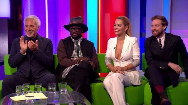 Rita Ora dường như cố tạo sự nổi bật giữa 3 nam HLV?