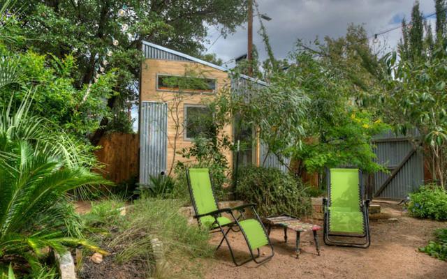 Ngôi nhà nằm gọn ghẽ trong vườn, giúp người ở tiết kiệm không gian sống.