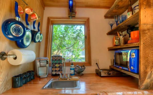 Bếp sạch sẽ và gọn gàng dù có nhiều vật dụng.