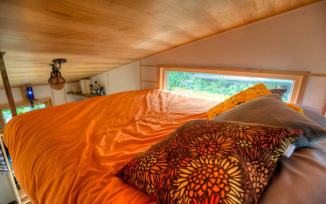 Những chiếc gối mang tông màu cam - ghi phù hợp với giường.