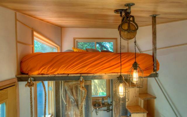 Giường ngủ nổi bật với đệm màu cam.