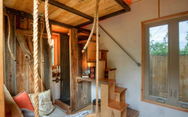Nhà gồm 2 tầng với cầu thang gỗ nằm gọn cạnh tường.