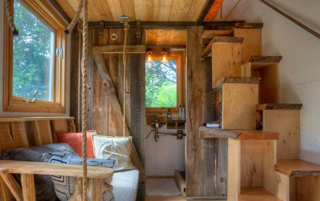Mặc dù được làm từ container nhưng ngôi nhà có các vật liệu chủ yếu bằng gỗ.