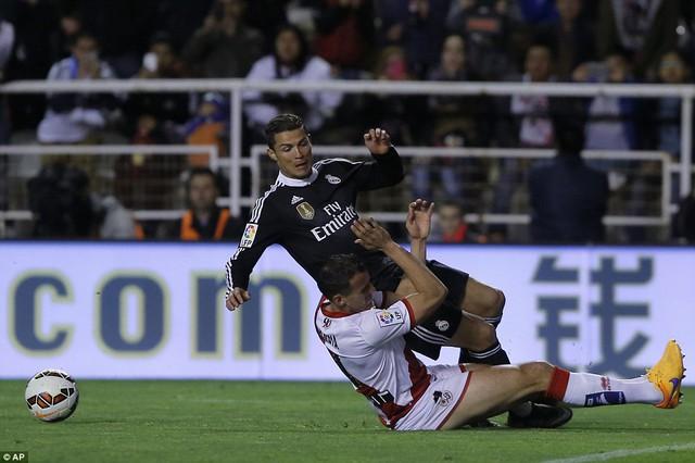 Tình huống ở phút 51 khi Ronaldo dường như bị cản ngã trái phép nhưng lại phải nhận thẻ vàng.