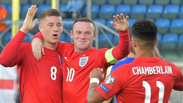 Rooney (giữa) vừa mừng vừa lo khi ĐT Anh đang sở hữu những tiền đạo trẻ tài năng.