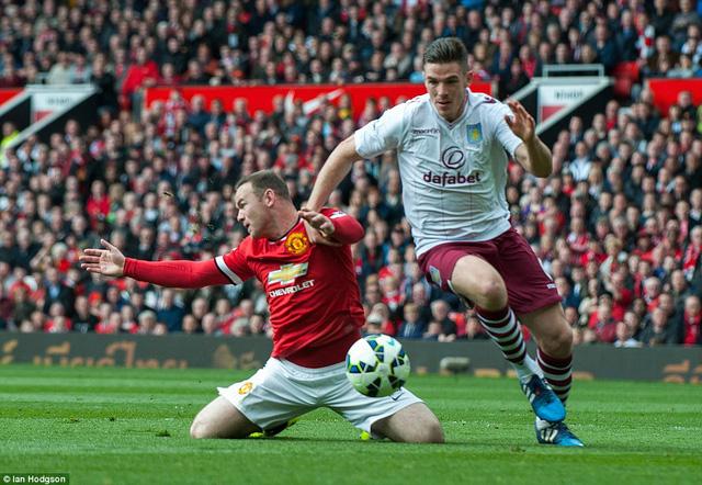 Rooney bị ngã trong vòng cấm Aston những phút đầu trận.
