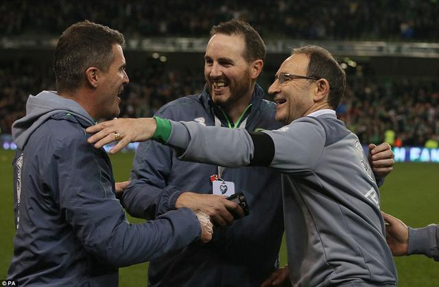 Cựu danh thủ Roy Keane trong ban huấn luyện chia vui cùng HLV trưởng Martin ONeil.
