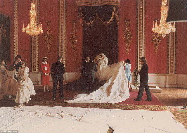 Với hàng nhìn viên ngọc trai, chiếc váy cưới của công nương Diana được nâng niu rất cẩn thận.