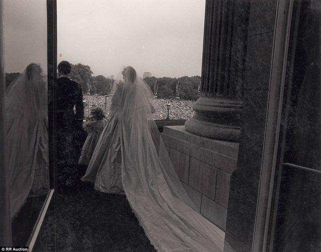 Thái tử Charles và công nương Diana bước ra ban công để chào những thần dân của họ và đón nhận những lời chúc mừng.