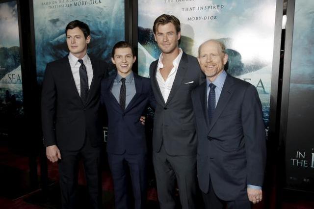 Dàn diễn viên gồm Benjamin Walker, Tom Holland, Chris Hemsworth và đạo diễn Ron Howard (từ phải sang) trong lễ ra phim In the Heart of the Sea ở Manhattan, New York vào ngày 7/12 vừa qua.