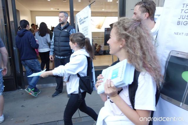 Các nhân viên của Samsung thậm chí còn phát tờ rơi cho những người dùng chờ đợi trước cửa hàng Apple Store