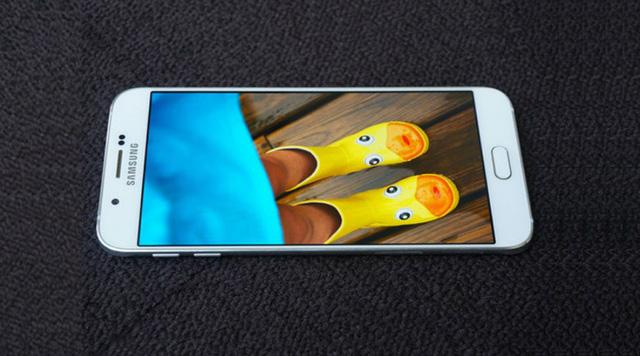 Máy được trang bị màn hình Super AMOLED 5,7 inch với độ phân giải 1920  x 1080 pixel