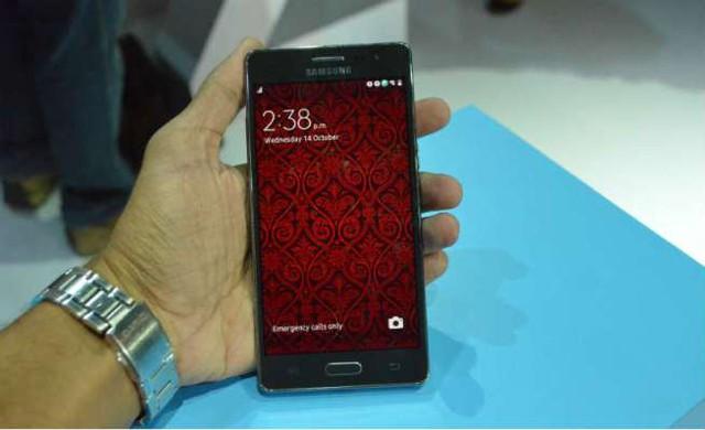 Thiết bị sở hữu màn hình Super AMOLED 5 inch