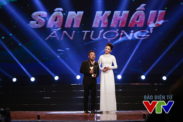 Giải thưởng Sân khấu ấn tượng được hai khách mời đạo diễn Nguyễn Quang Dũng và ca sĩ Tóc Tiên trao tặng cho chương trình The Remix - Hòa âm ánh sáng.