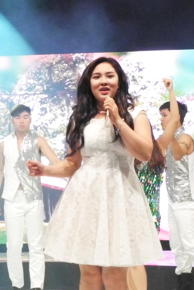 Ca sĩ Bảo Trâm đáng yêu với váy trắng.