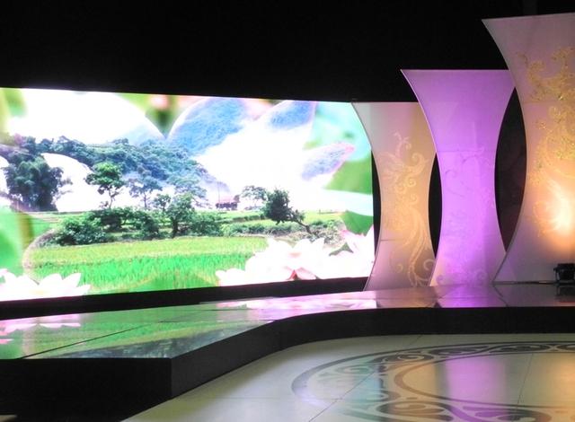 Sử dụng tông màu tím nhẹ nhàng, sân khấu đưa đến cho người xem cảm giác ấm áp, thân thiện