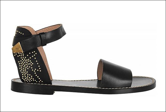 Chloe còn cho ra mắt mẫu sandals đen với họa tiết nổi bật phía sau