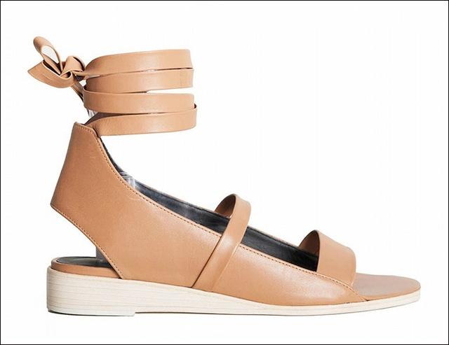 Sandals nâu mang nét cổ điển của Tibi
