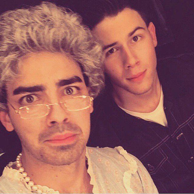 Anh em ca sĩ Nick và Joe Jonas chụp ảnh với tạo hình bà - cháu bên thềm Lễ trao giải Kids Choice 2015.