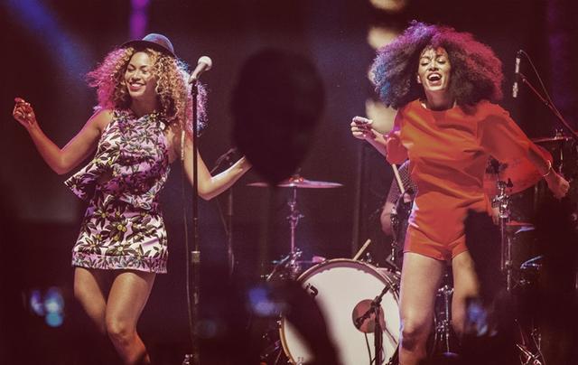 Chị em Beyonce và Solange Knowles cùng khuấy động sân khấu âm nhạc ở Coachella năm 2014. Cả 2 cũng vui vẻ xuất hiện cùng nhau trong bữa tiệc hậu Oscar 2015 vừa qua.