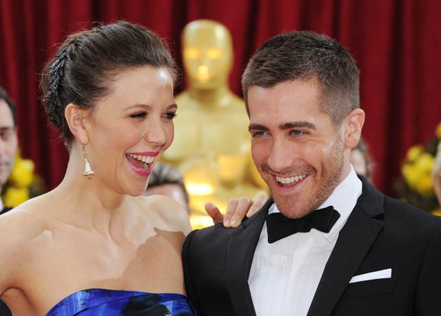 Maggie và Jake Gyllenhaal nhiều lần xuất hiện cùng nhau tại các sự kiện điện ảnh quan trọng. Đây là bức ảnh cặp sao ruột thịt trò chuyện vui vẻ trong Lễ trao giải Oscar 2012.