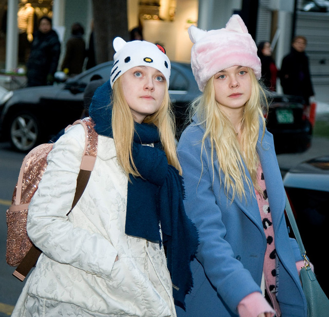 Cặp chị em diễn viên Dakota và Elle Fanning thường xuyên đi du lịch cùng nhau. Cả hai đã có chuyến du lịch đáng nhớ ở Hàn Quốc vào năm 2013.