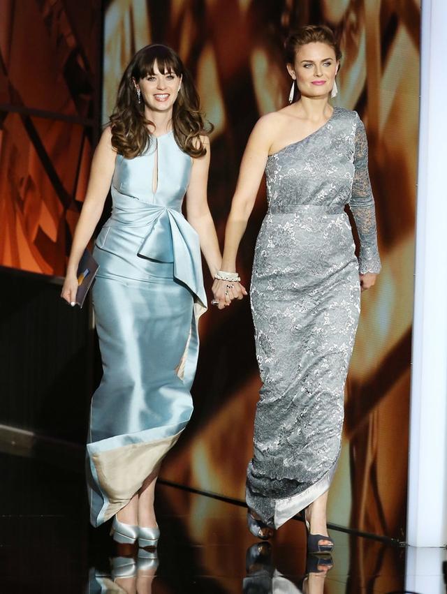 Hai chị em diễn viên Emily và Zooey Deschanel nắm tay nhau bước lên sân khấu của Lễ trao giải Emmys 2013.