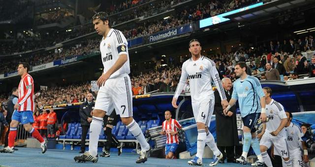 Trước khi Diego Simeone xuất hiện và biến Atletico Madrid trở thành một đối trọng của Real Madrid, Kền kền trắng thường có thành tích đối đầu vô cùng tốt trong trận derby Madrid. Từ năm 1999 tới năm 2013, Real chưa từng thất bại trong 25 cuộc đối đầu giữa 2 đội.