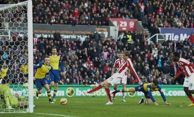 Ngoài Chelsea, Stoke cũng là một CLB vô cùng khó chơi đối với Arsenal. Trên sân Britannia của đối thủ, The Gunners mới chỉ có 1 chiến thắng và nhận tới 5 thất bại trong 8 lần đối đầu gần nhất tại đây.