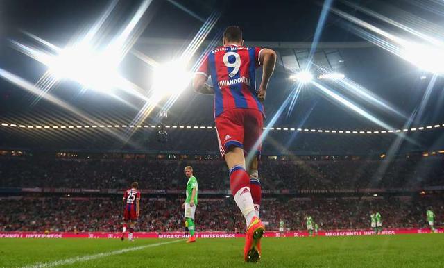 Bayern gặp Wolfsburg ở trận mở màn. Điều ít ai ngờ rằng đây mới chính là CLB thực sự có khả năng cạnh tranh danh hiệu với Bayern ở mùa giải này chức không phải Dortmund. Đây cũng là trận đấu đầu tiên Lewandowski chính thức ra mắt sân Allianz Arena.