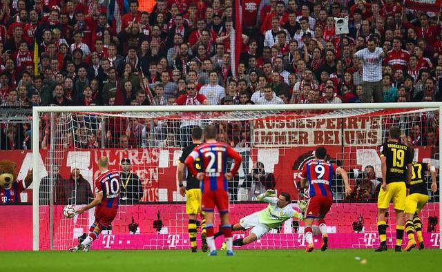 Thử thách thực sự dành cho Bayern đến vào tháng 11/2014 khi họ phải đụng độ đại kình địch Dortmund. Marco Reus là người đã giúp BVB vươn lên dẫn trước tuy nhiên Bayern là những người chiến thắng chung cuộc nhờ 2 bàn thắng của Lewandowski và Robben.