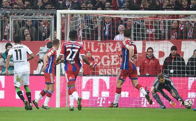 Bayern tiếp tục thắng như chẻ tre trước Paderborn (6-0), Cologne (4-1) và Werder Bremen (4-0), cho tới khi, phải nhận cú sốc thất thủ 0-2 trước Monchengladbach.