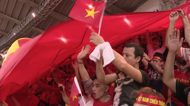 CĐV Việt Nam cũng có một góc riêng sôi động trên khán đài SVĐ Rajamangala của người Thái.