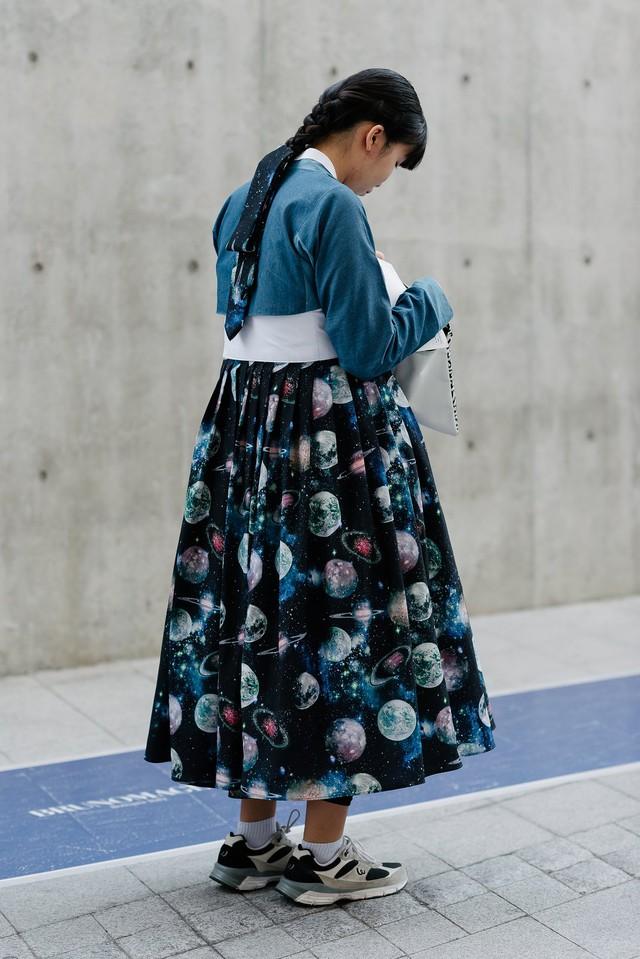 Có những cô gái đã khéo léo kết hợp Hanbok với giày thể thao.