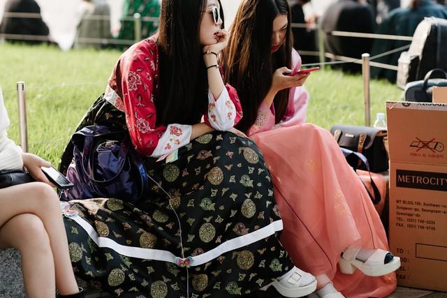 Thậm chí, những đôi sandals đế cao tưởng chừng chỉ phù hợp với những trang phục hiện đại cũng xuất hiện cùng bộ trang phục này.