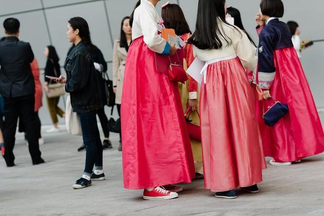 Giày thể thao mang màu sắc nổi bật được phối cùng Hanbok.