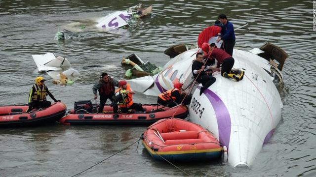 Hình ảnh chiếc máy bay bị rơi xuống sông. (Ảnh: CNN)